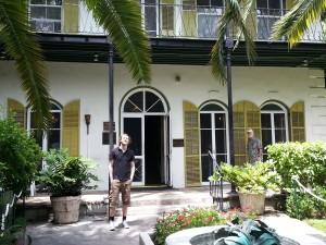 Øystein foran huset til Hemingway. Linselus med Hemingway-skjegg i bakgrunnen.