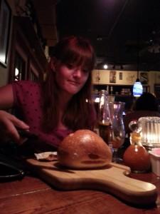 I Jensen Beach fikk vi en diger bolle og en kniv mens vi ventet på maten. Underlig.